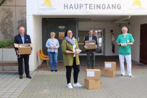 Jürgen Menzel (2.v.r.) und Lutz Sudergat (1.v.l.) überreichten im Namen des Rotary Clubs Verden/Aller Pralinen für die Mitarbeiter der Aller-Weser-Klinik gGmbH.